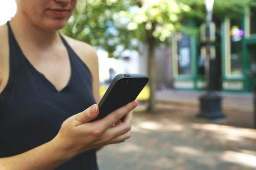 Gratis lagerfoto af hånd, kvinde, kvinder, mobiltelefon