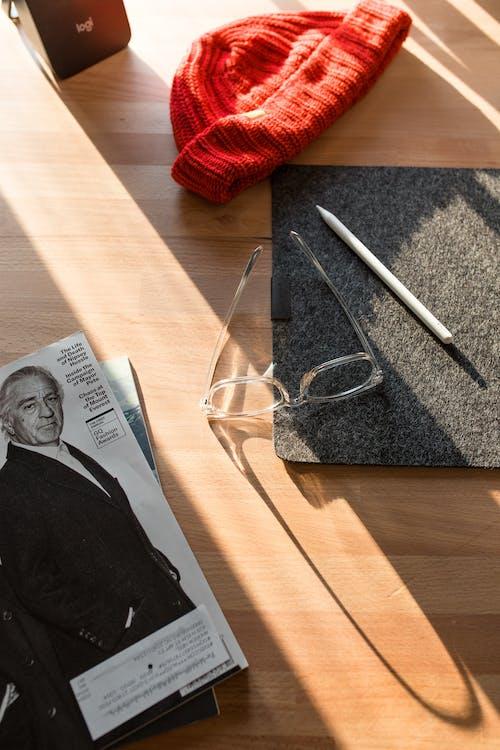 Gratis arkivbilde med arbeidsområde, blad, briller