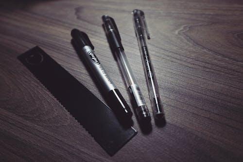 Ilmainen kuvapankkikuva tunnisteilla hallitsija, kirjoituspöytä, kuulakärkikynät, kynät