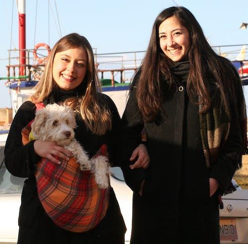 คลังภาพถ่ายฟรี ของ #two girls # ลูกสุนัข