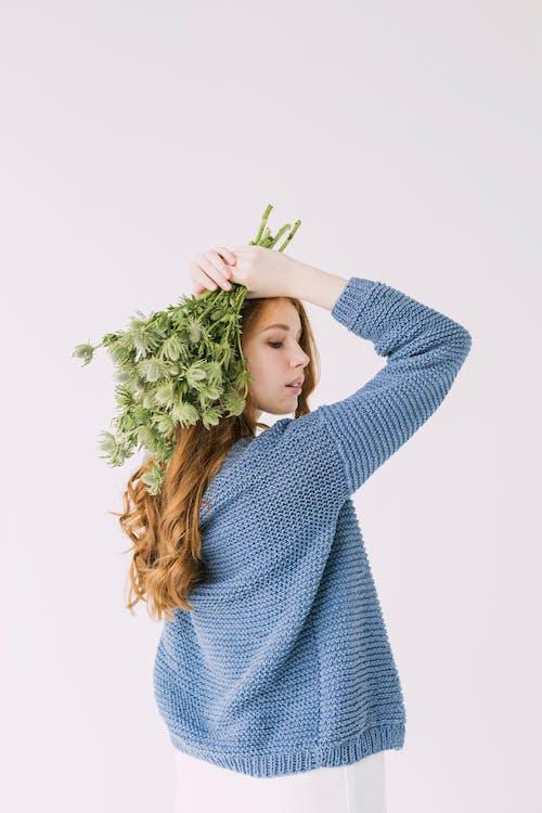 Darmowe zdjęcie z galerii z bukiet kwiatów, dziewczyna, kobieta, kwiaty