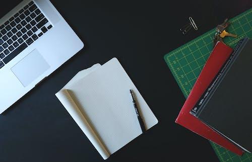 Ilmainen kuvapankkikuva tunnisteilla järjestetty, kannettava tietokone, kirjoituspöytä, muistikirja