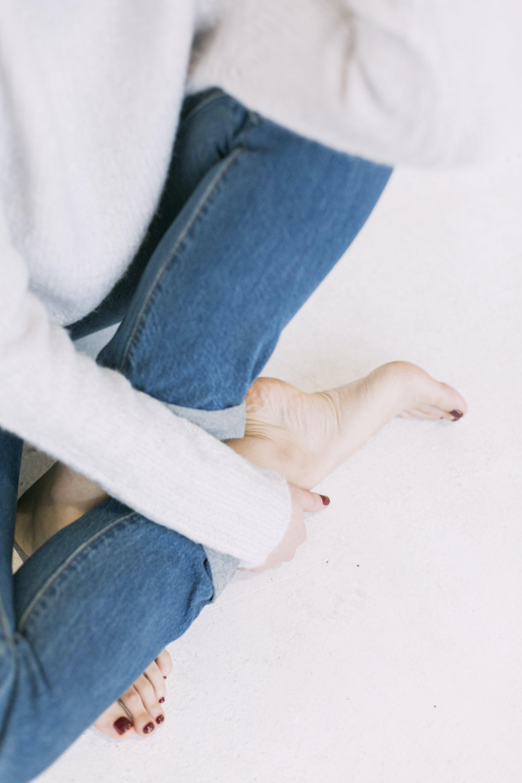 Základová fotografie zdarma na téma chodidla, dospělý, holka, kalhoty