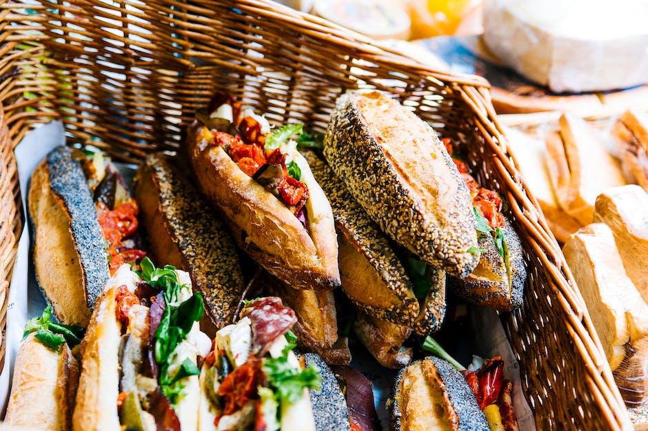 Menyimpan makanan untuk camping di dalam keranjang akan membuat anak lebih semangat menikmati bekalnya. (Foto: Pexels)