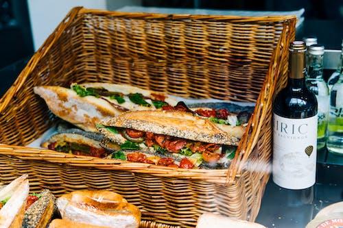 Clubhouse Sandwich Sul Cesto Tessuto Marrone
