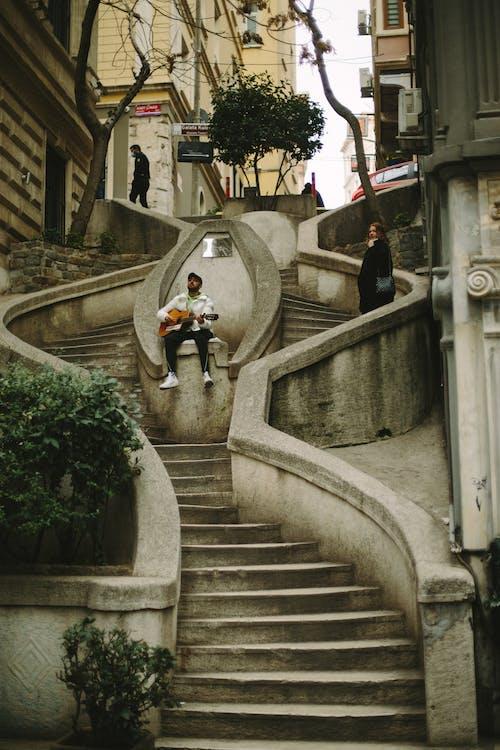Foto profissional grátis de adulto, alameda, ao ar livre