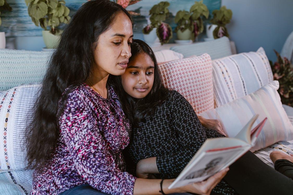 Gratis stockfoto met boek, dochter, familie
