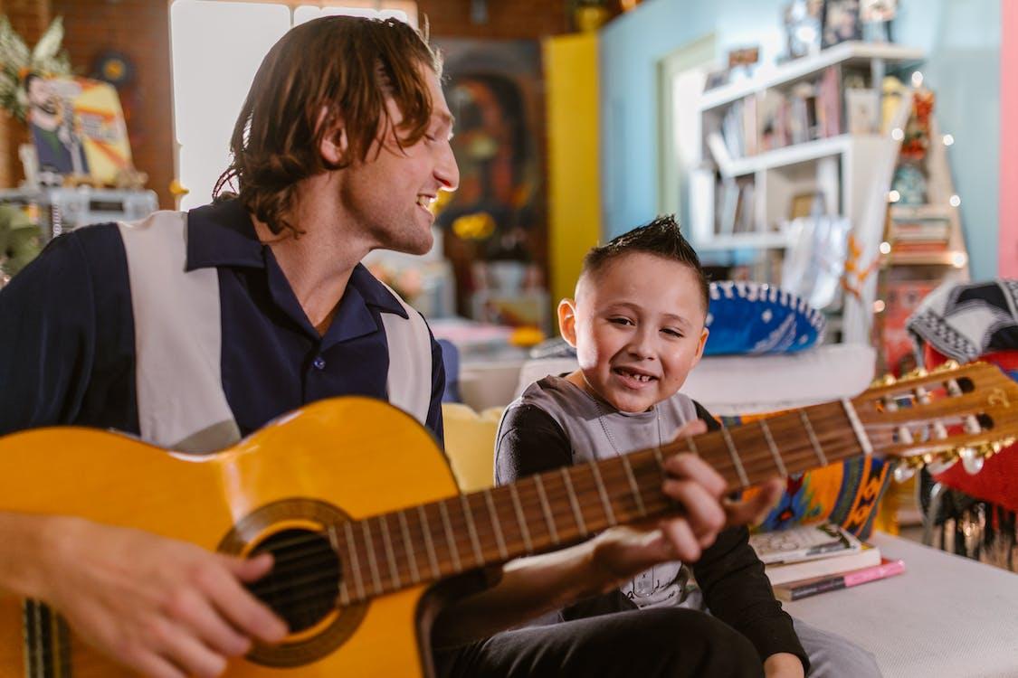 Бесплатное стоковое фото с homeschooling, jenga, акустическая гитара