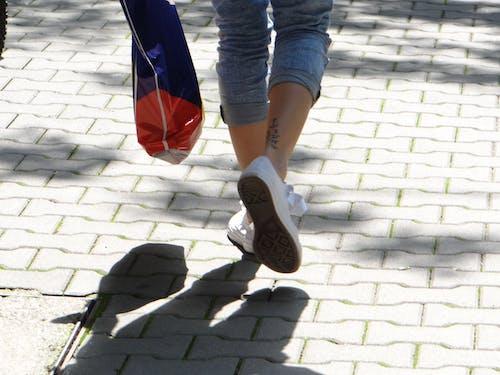 Fotos de stock gratuitas de caminar, niña, paseo