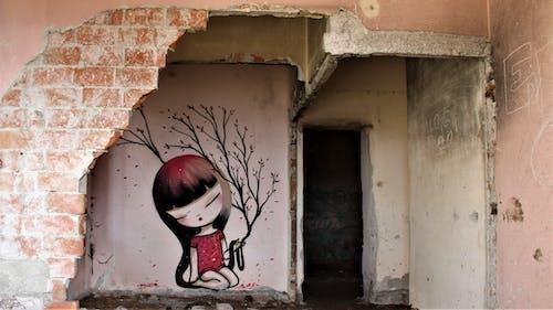 bambola, donna, duvar yazısı, luoghi abbandonati içeren Ücretsiz stok fotoğraf