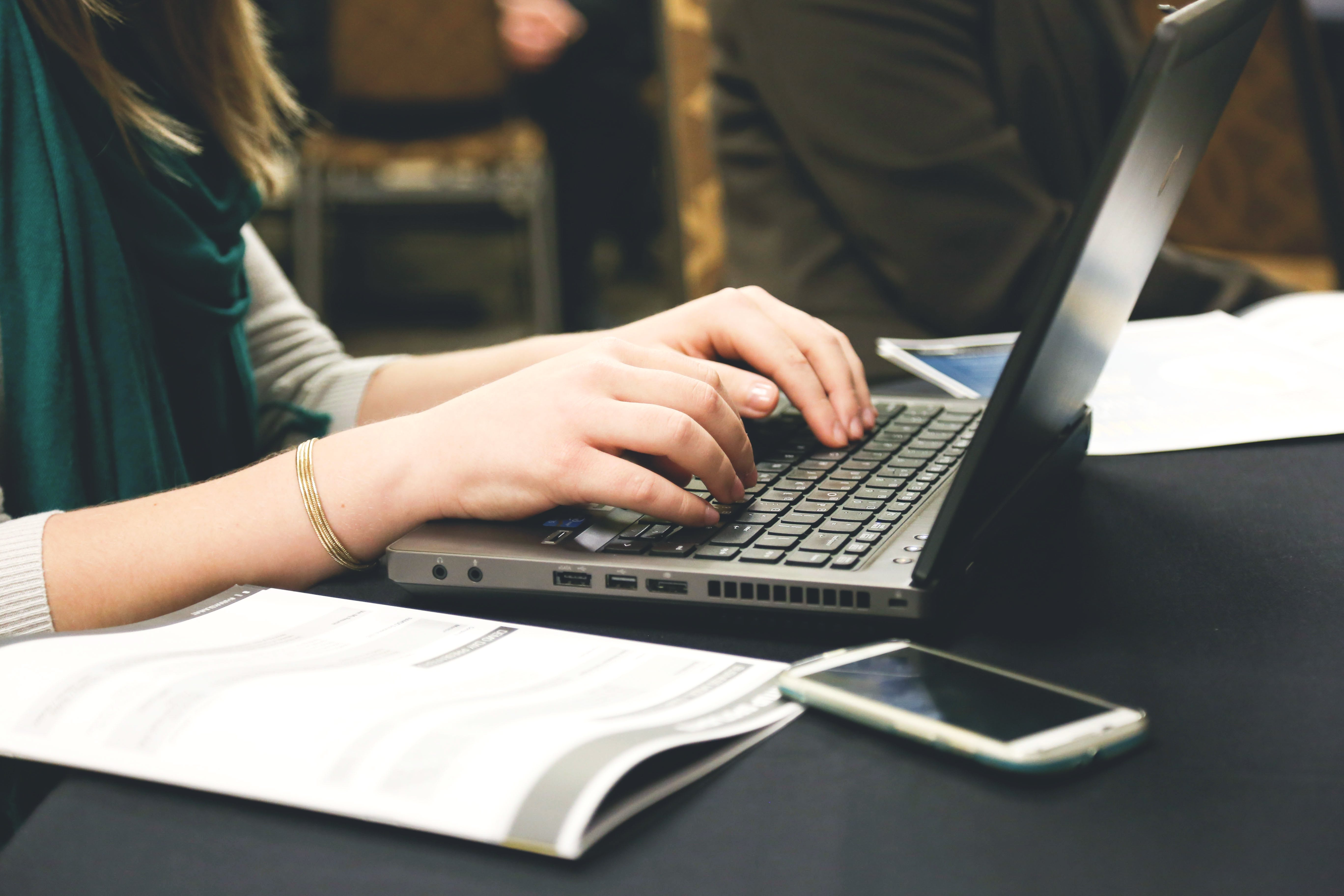 Kostenloses Stock Foto zu arbeiten, computer, email, frau