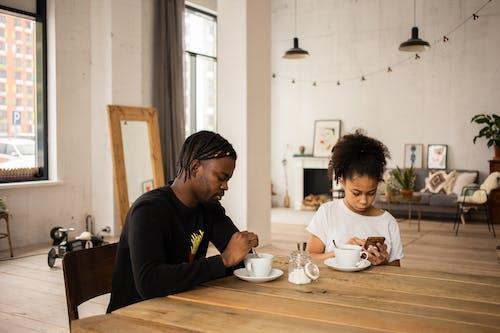 Gratis stockfoto met Afro-Amerikaanse man, afro-amerikaanse meid, apparaat