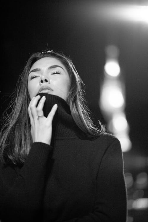Fotos de stock gratuitas de blanco y negro, mujer, Ojos cerrados