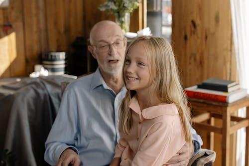 Бесплатное стоковое фото с блондинка, внук, внучка