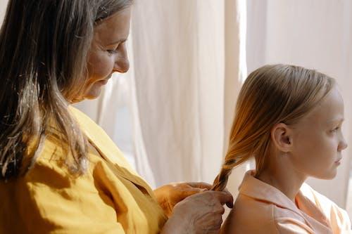 Безкоштовне стокове фото на тему «бабуся, веселий, волосина»