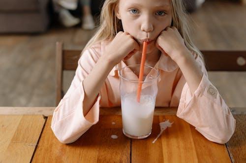 Gratis arkivbilde med barn, blond, drikke