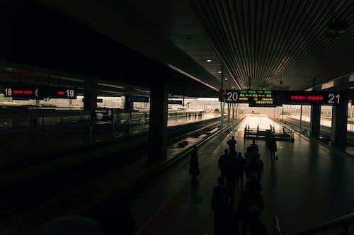 Darmowe zdjęcie z galerii z budynek, dworzec kolejowy, ludzie, miasto