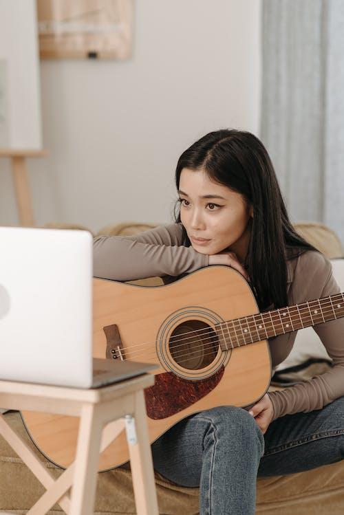기타, 기타 레슨, 노트북의 무료 스톡 사진
