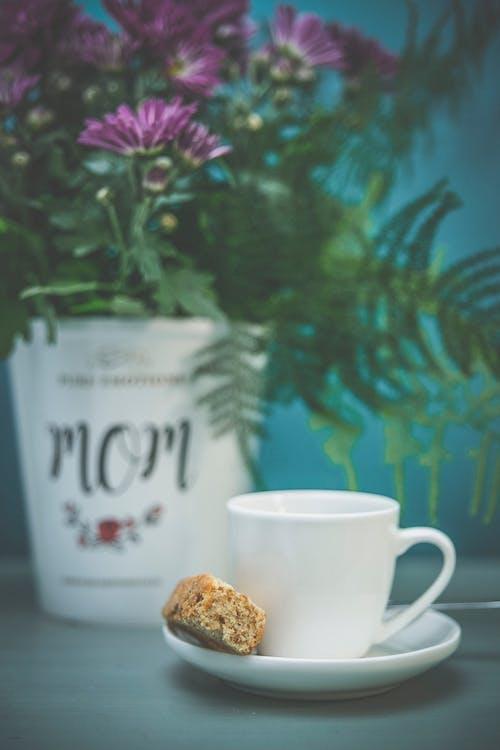 Immagine gratuita di bianco, caffè nero, fetta biscottata