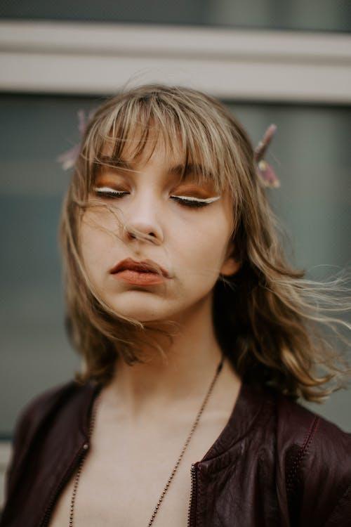 Бесплатное стоковое фото с в помещении, ветреный, волос