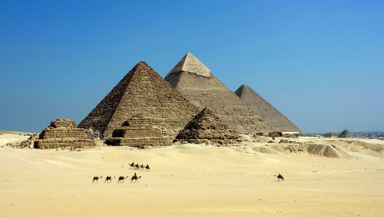 Piramide Grigia Sul Dessert Sotto Il Cielo Blu