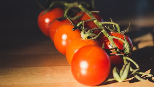 Fotobanka sbezplatnými fotkami na tému čerstvosť, cherry paradajky, detailný záber, drevený stôl