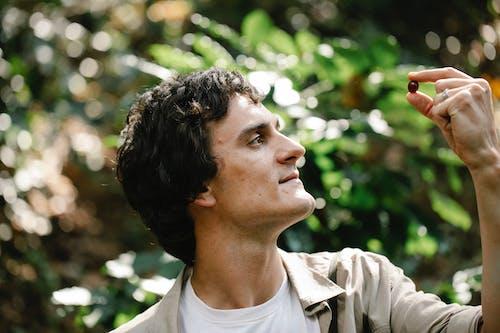 açık hava, adam, ağaç içeren Ücretsiz stok fotoğraf