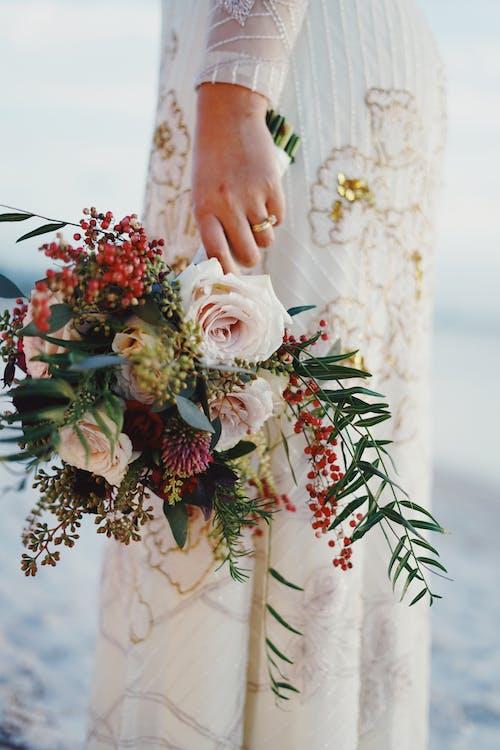 Gratis lagerfoto af blomster, brud, brudebuket, brudekjole