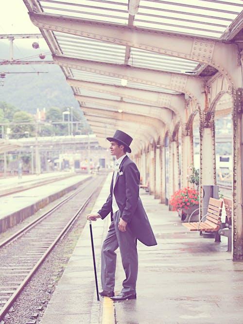 Бесплатное стоковое фото с железнодорожная станция, жених, мужчина, цилиндр