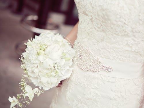 Бесплатное стоковое фото с белое платье, белый, букет, девочка