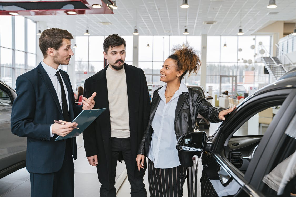 An expert at a car loan company explaining auto loan terms to customers