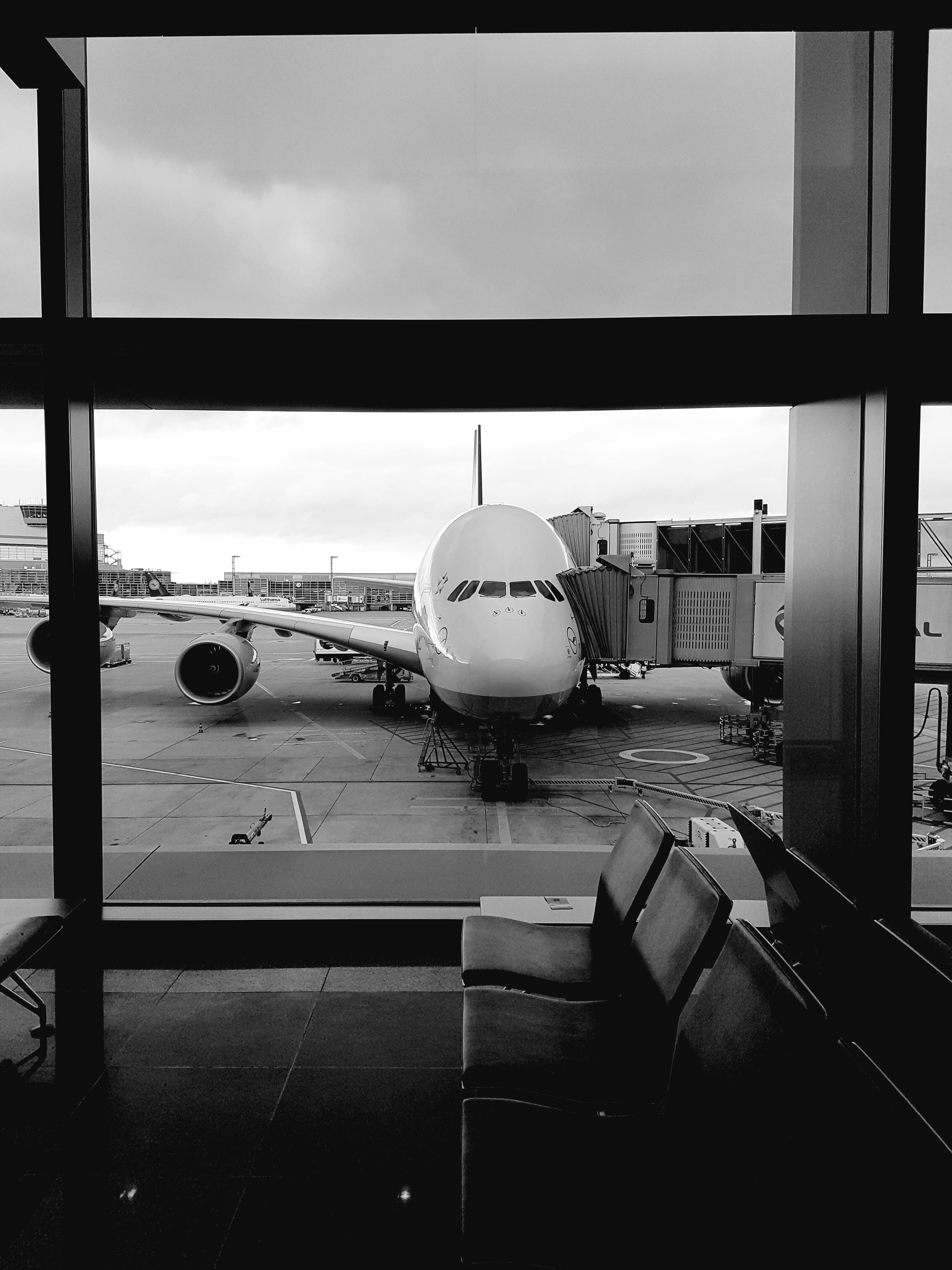 Gratis lagerfoto af flyrejse, flyselskab, flyvemaskine, gate i lufthavn