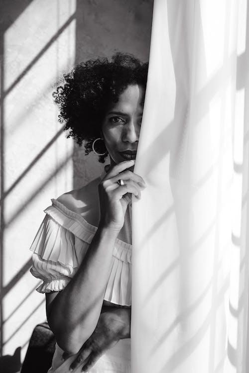 Photos gratuites de cheveux bouclés, échelle des gris, femme afro-américaine