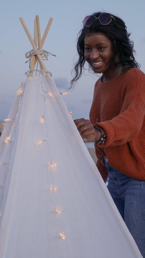 Foto profissional grátis de barraca, cordão de lâmpadas, cordão de luz