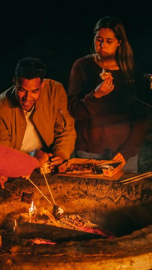 Foto profissional grátis de acampamento, alegria, alimento
