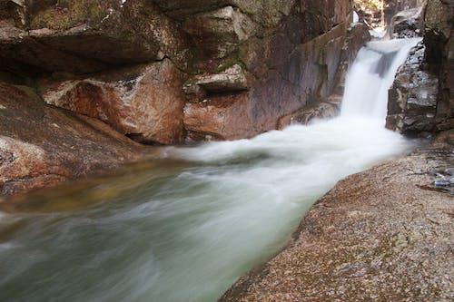 Foto d'estoc gratuïta de cascada, corrent, roques