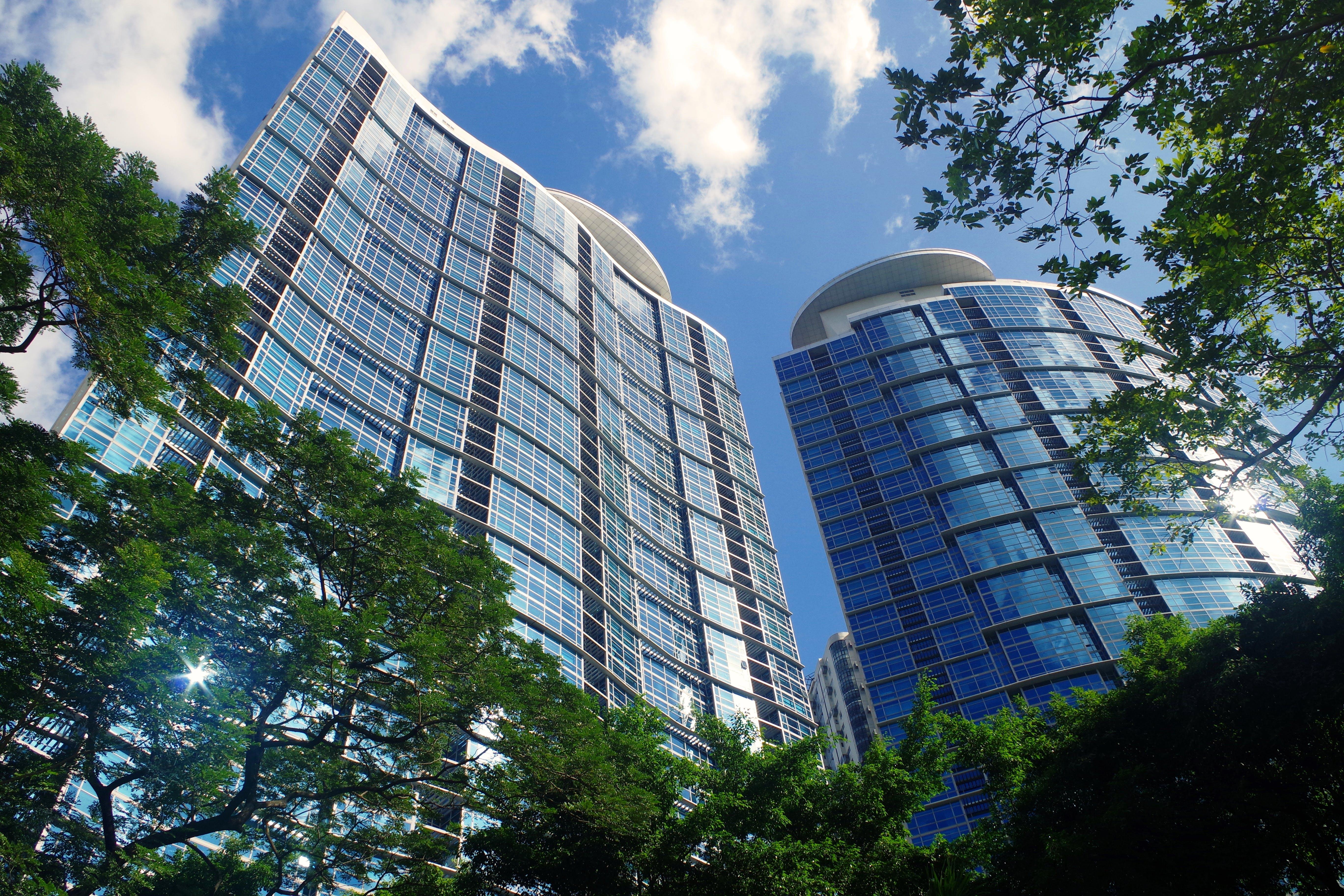 ağaçlar, binalar, bulutlar, bürolar içeren Ücretsiz stok fotoğraf