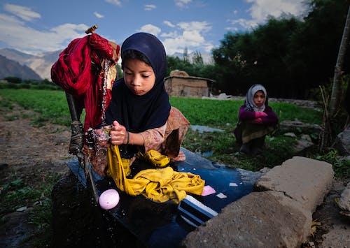 Kostnadsfri bild av asiatiska tjejer, bakgård, hijab