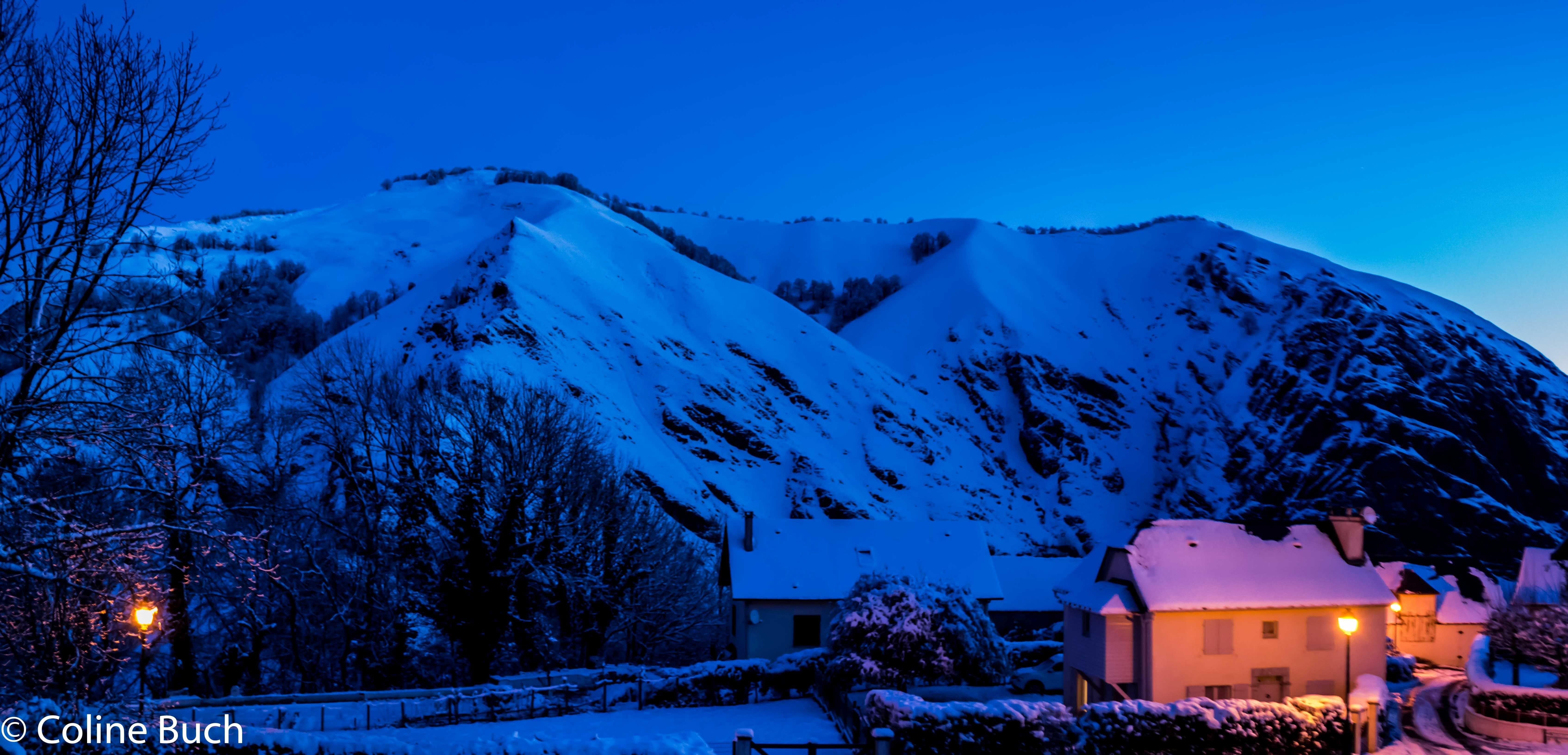 Free stock photo of heure bleue, maison, montagne, neige