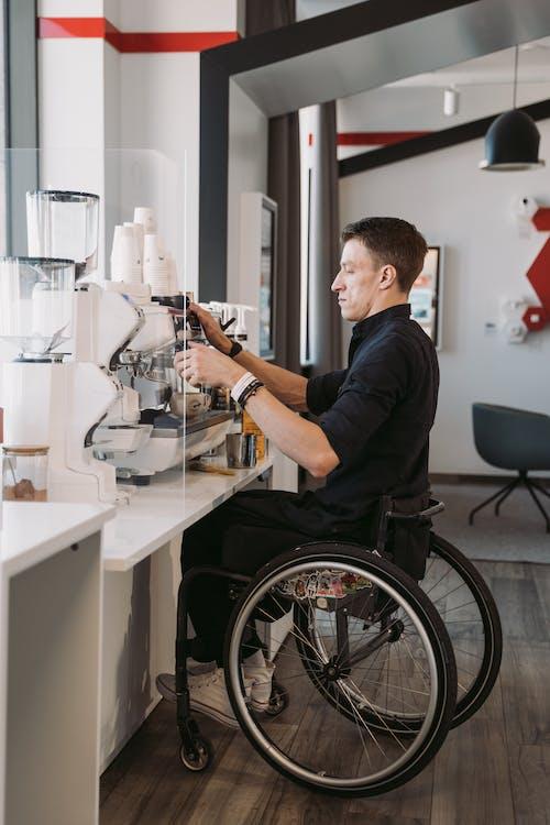 Foto d'estoc gratuïta de assegut, barista, cadira de rodes