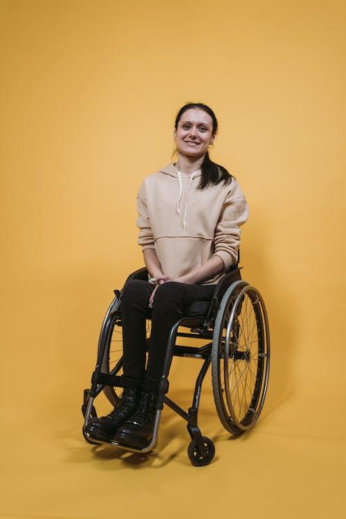 คลังภาพถ่ายฟรี ของ นั่งลง, ผู้หญิง, พิการ