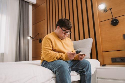 Kostnadsfri bild av downs syndrom, glasögon, gul jacka