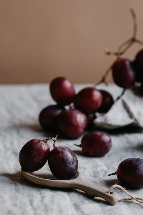 Бесплатное стоковое фото с в помещении, вертикальный выстрел, виноград