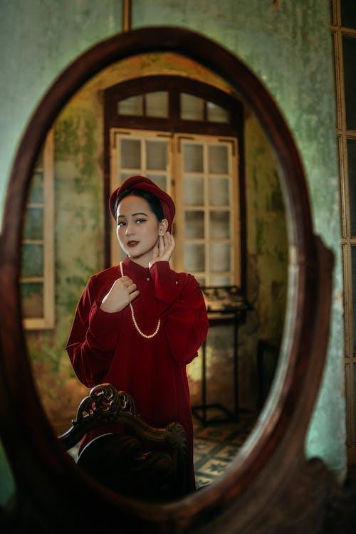 Kostenloses Stock Foto zu asiatische frau, drinnen, frau
