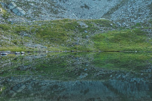 Δωρεάν στοκ φωτογραφιών με βουνό, βράχια, γρασίδι, θολούρα