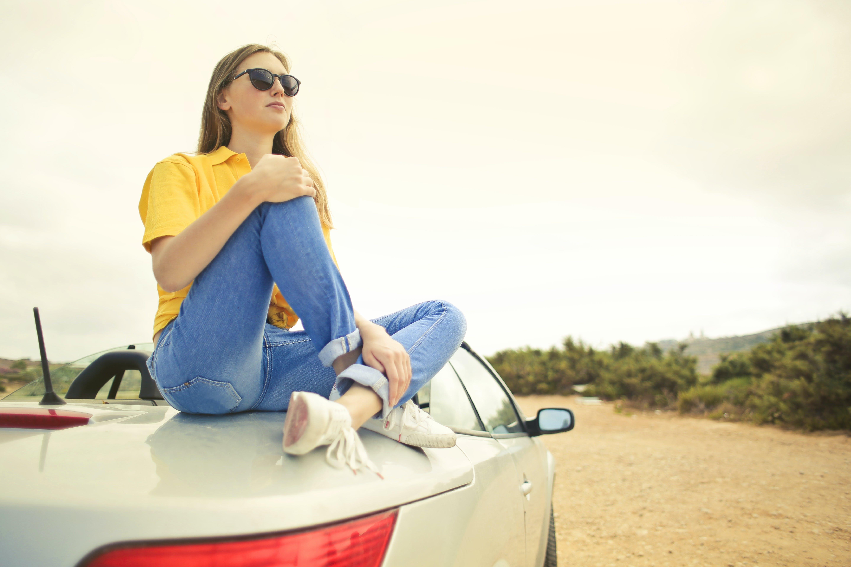 Foto d'estoc gratuïta de adult, assegut, carretera, cotxe