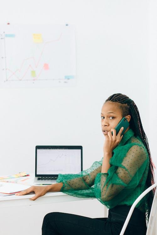 Gratis lagerfoto af afroamerikansk, arbejder, bærbar computer