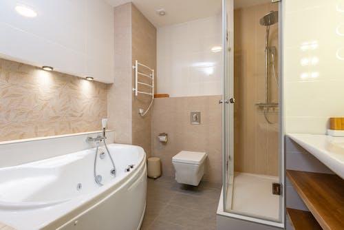 Kostenloses Stock Foto zu badewanne, badezimmer, drinnen