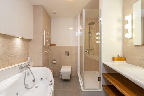Kostenloses Stock Foto zu badewanne, badezimmer, braune fliesen