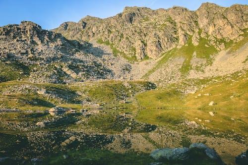 Photos gratuites de cailloux, ciel bleu, colline, environnement